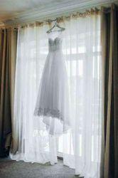 Кружевное белое свадебное платье со шлейфом торговой марки Dominiss,